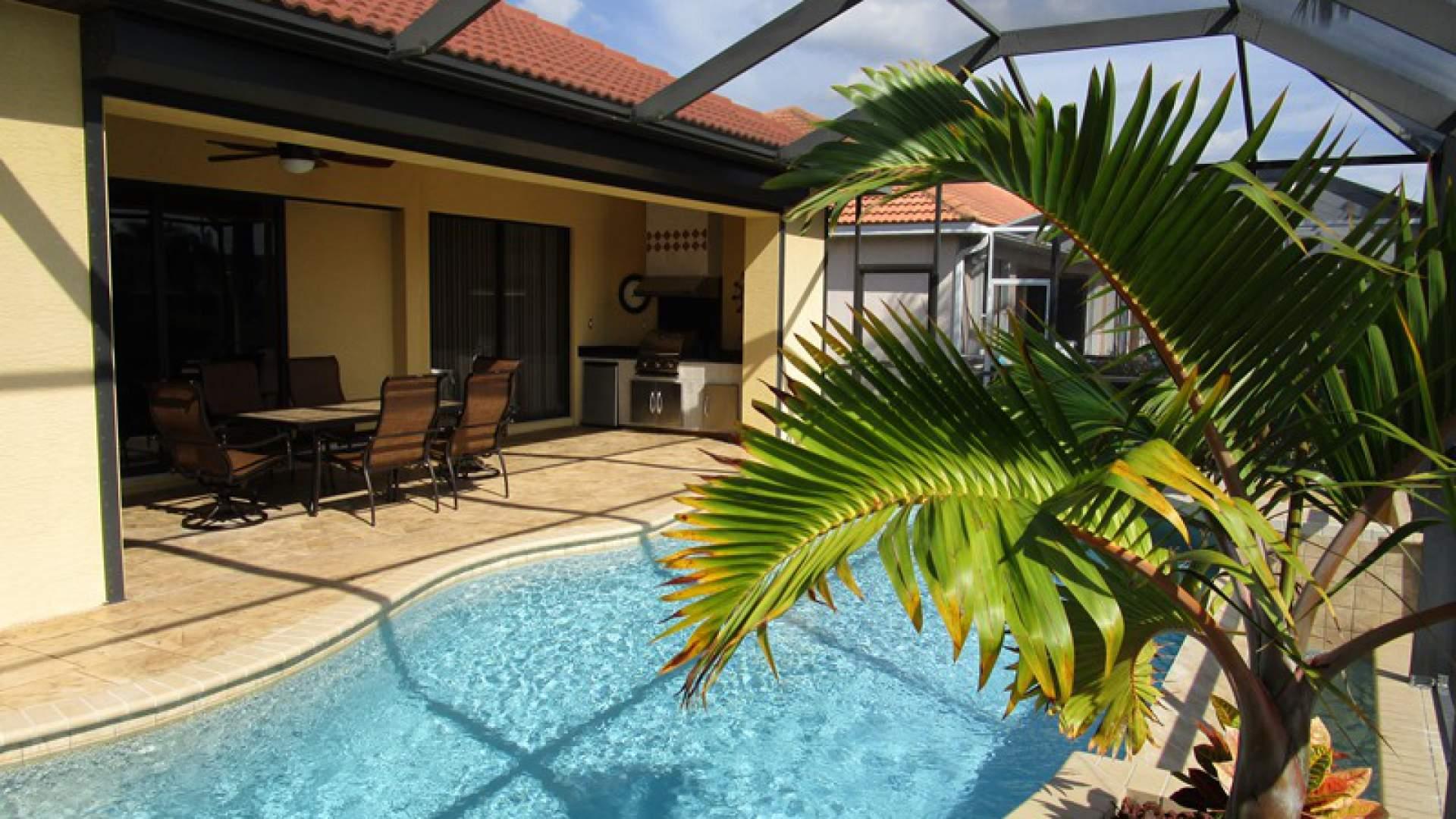 Der tropisch gestaltete Poolbereich hat Südlage