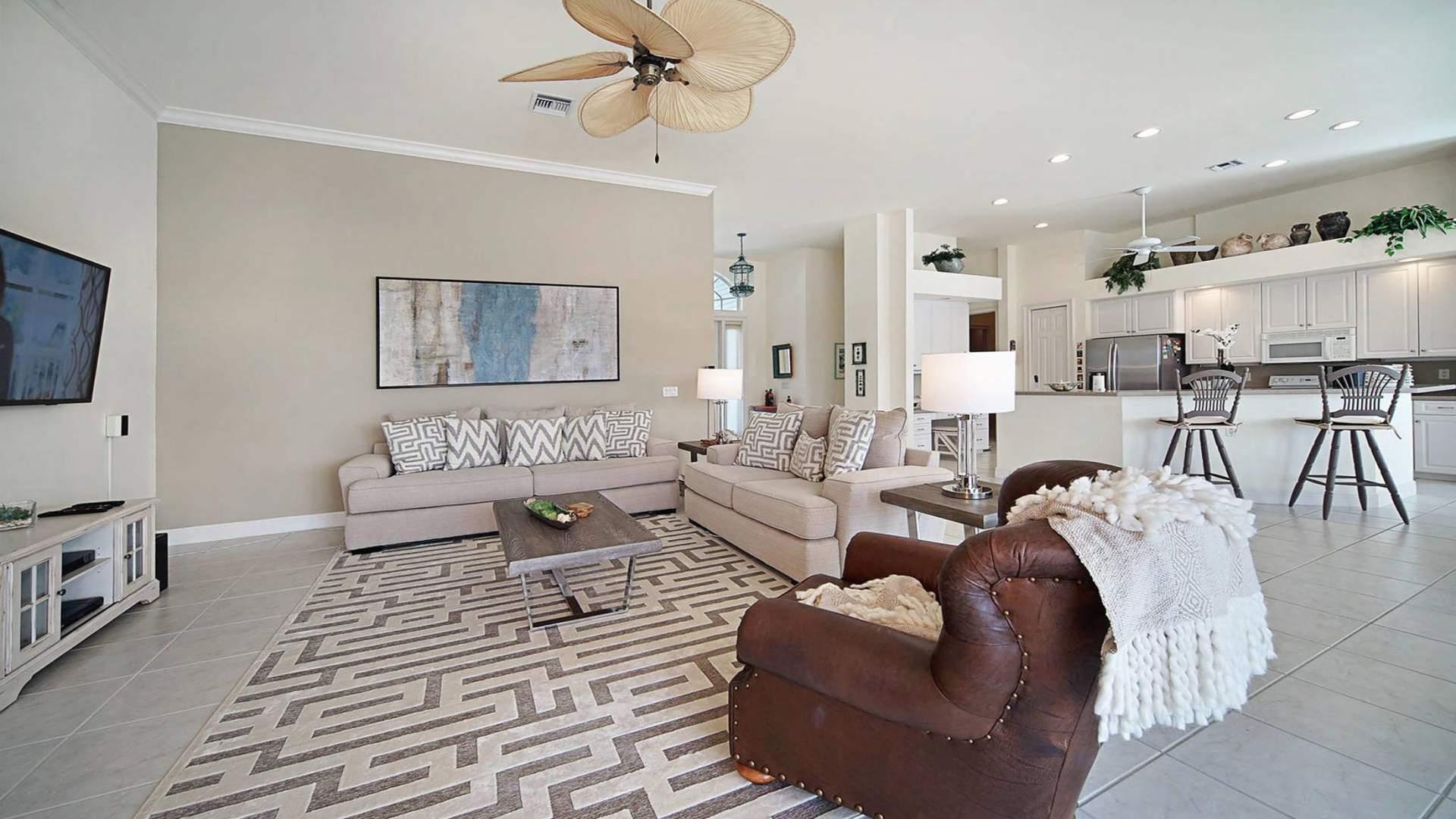 Das Offene Design Verbindet Wohnzimmer Esszimmer Und Die Komplett Eingerichtete Kche