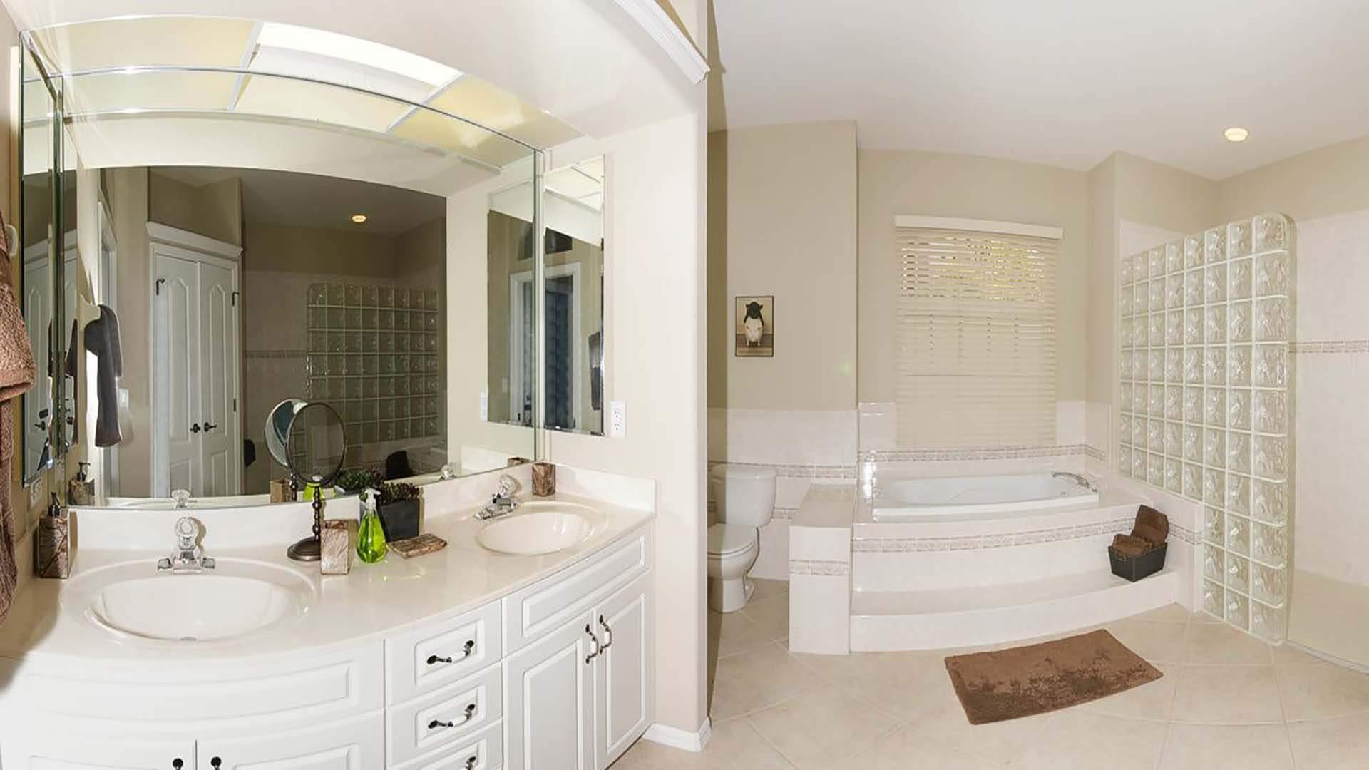Begehbare Dusche Mit Glasbausteinen : Wanne, begehbare Dusche aus Glasbausteinen und ein Doppelwaschbecken