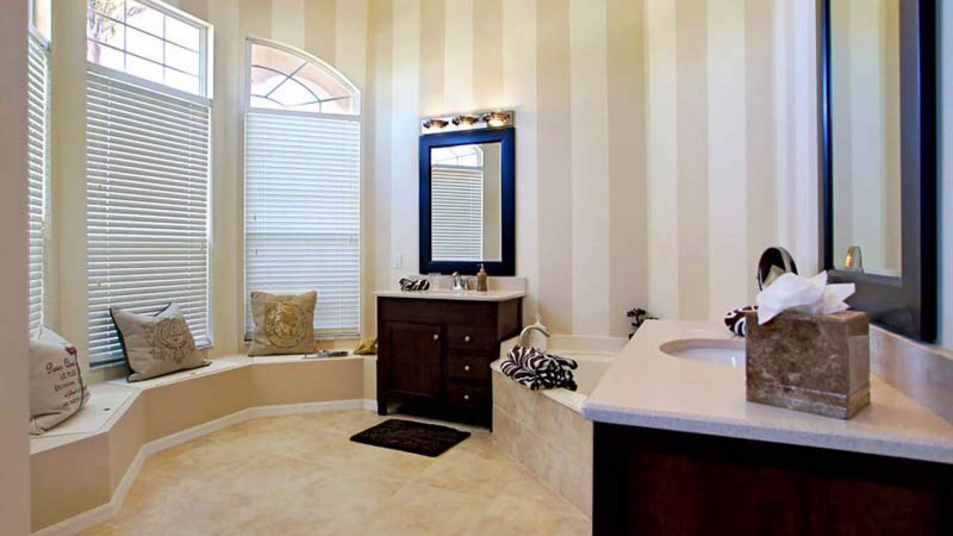 Dusche Direkt Neben Badewanne : Dusche Direkt Vor Dem Fenster : Dusche, 2 separaten Waschtischen und