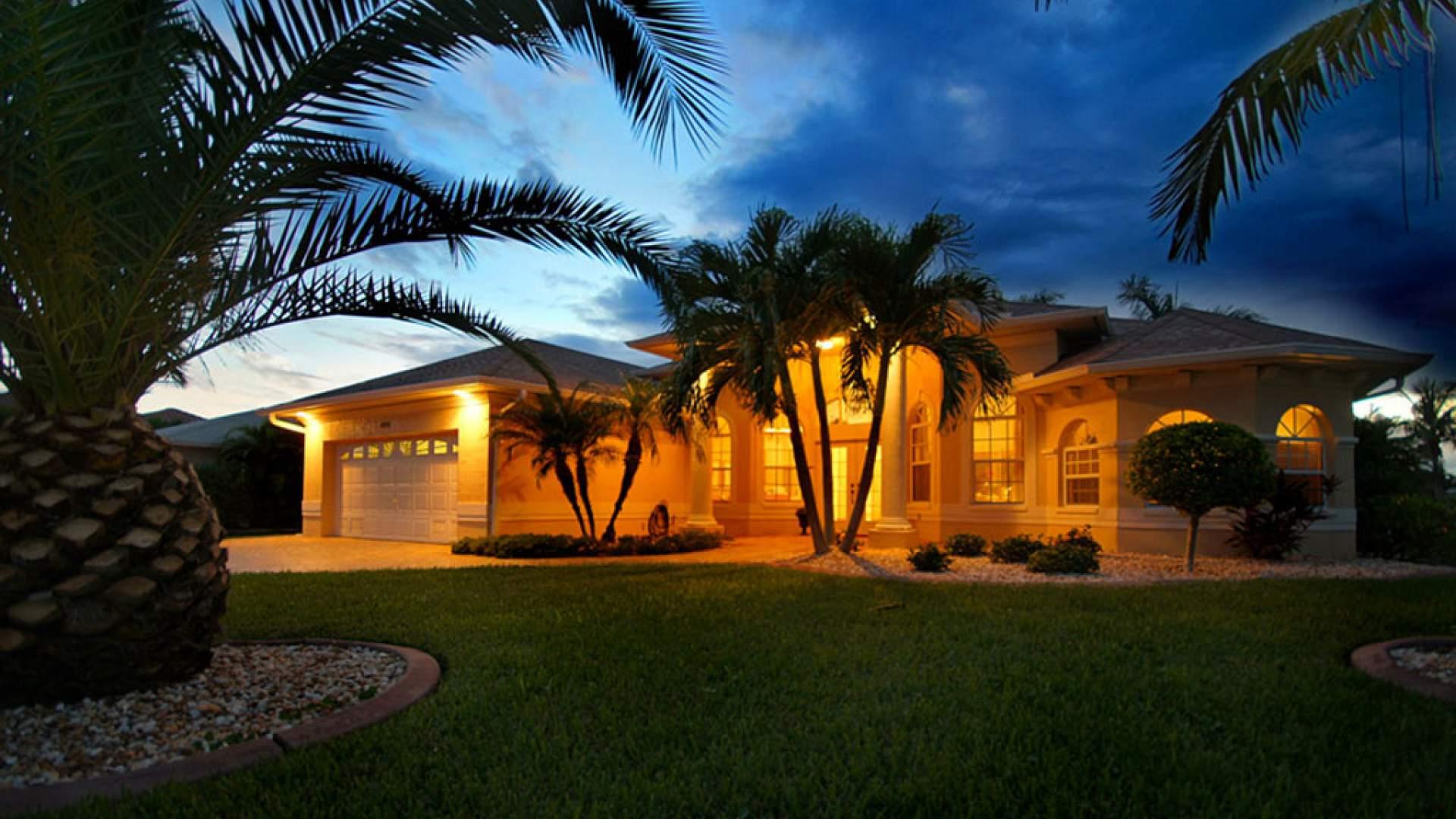Ein sehr attraktives Ferienhaus, umgeben von Palmen: Sunset Paradise