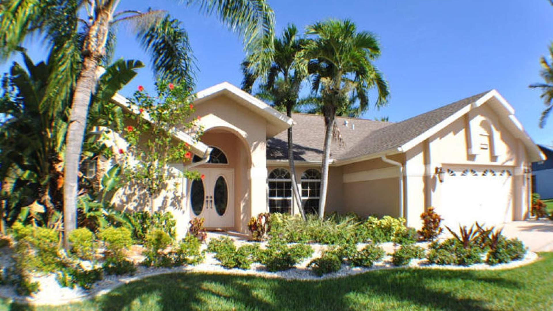 Villa Rafaello ist von einem schönen tropischen Garten umgeben
