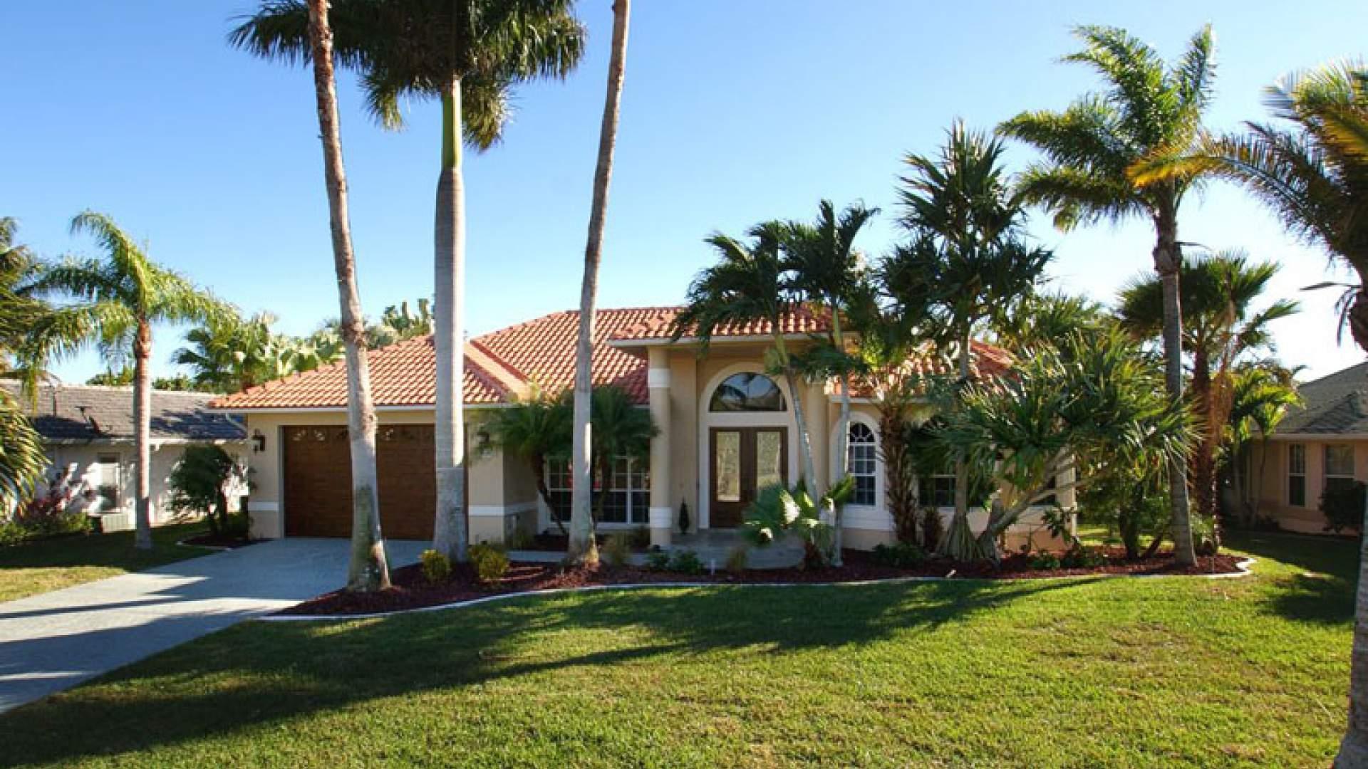 Dieses attraktive Ferienhaus befindet sich in der schönen Four Mile Cove Wohngegend im Südosten von Cape Coral